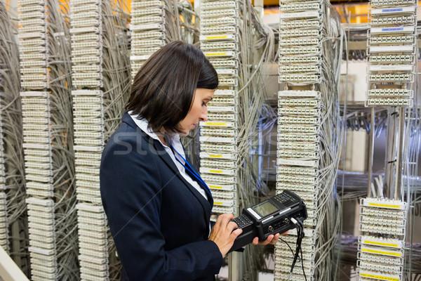 техник цифровой кабеля сервер комнату женщину Сток-фото © wavebreak_media