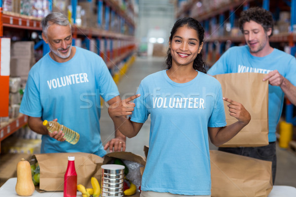 Portré önkéntes mutat póló raktár férfi Stock fotó © wavebreak_media