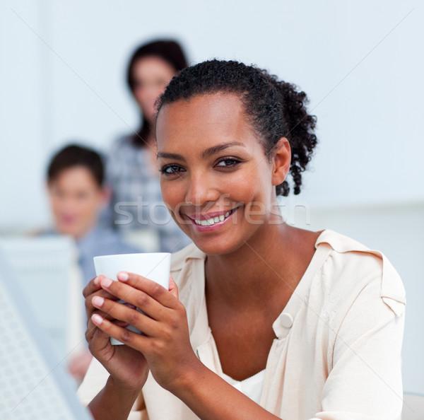 деловая женщина питьевой кофе столе служба Сток-фото © wavebreak_media