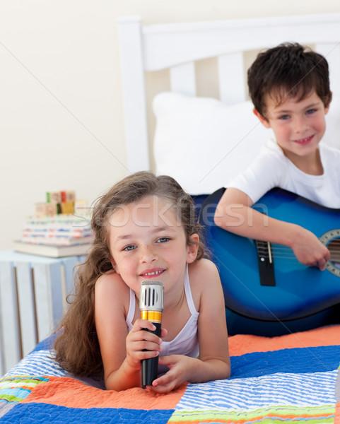 Cute dziewczyna śpiewu brat gry Zdjęcia stock © wavebreak_media
