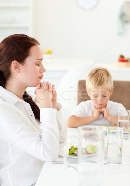 Zagęszczony matka syn modląc obiad kuchnia Zdjęcia stock © wavebreak_media