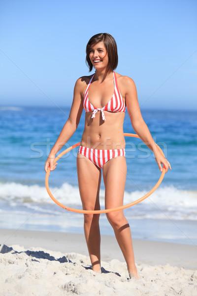 Vrouw spelen hoelahoep strand sport zomer Stockfoto © wavebreak_media