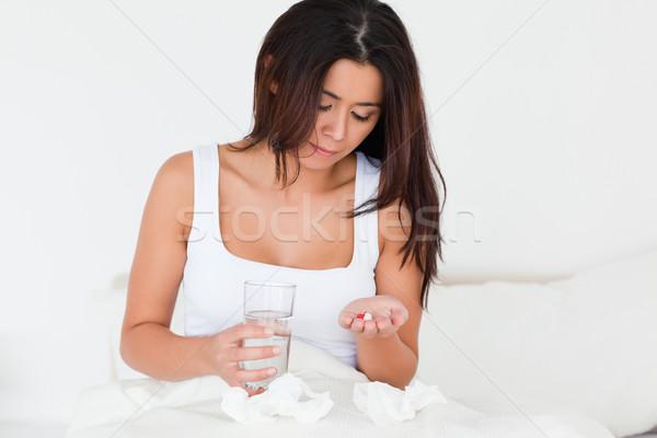 Brunette femme froid séance lit Photo stock © wavebreak_media
