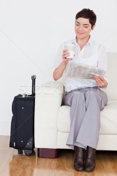 女性 スーツケース 電話 新聞 待合室 幸せ ストックフォト © wavebreak_media