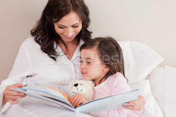 Stok fotoğraf: Anne · okuma · öykü · kız · yatak · odası · aile