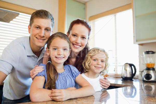 Sorridente família em pé juntos atrás balcão da cozinha Foto stock © wavebreak_media