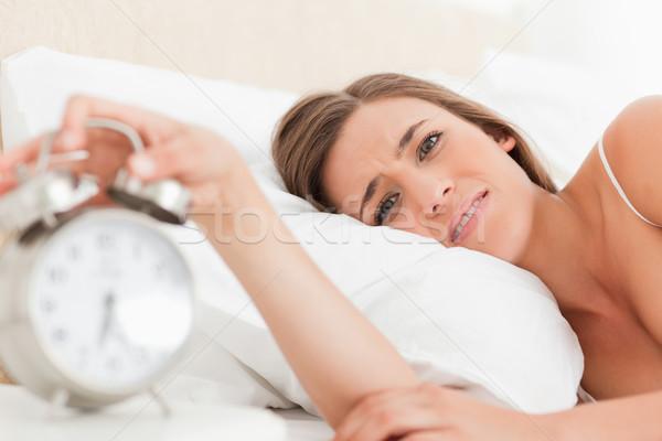 Kobieta bed patrząc prosto przed budzik Zdjęcia stock © wavebreak_media