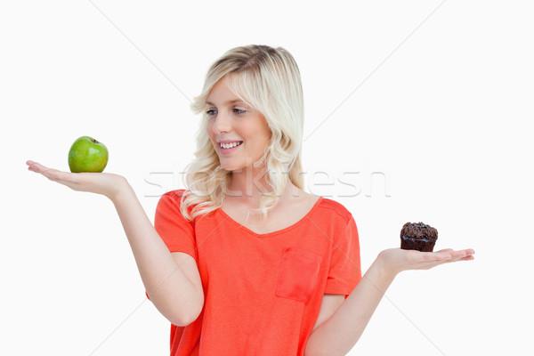 Jeune femme équilibre choisir fruits chocolat sourire Photo stock © wavebreak_media