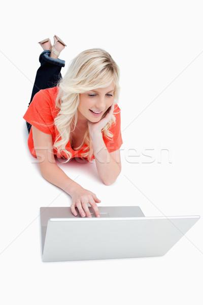 Jovem mulher piso usando laptop sorridente sorrir Foto stock © wavebreak_media