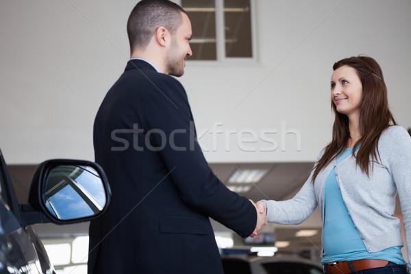 продавцом рукопожатие клиент гаража женщину автомобилей Сток-фото © wavebreak_media