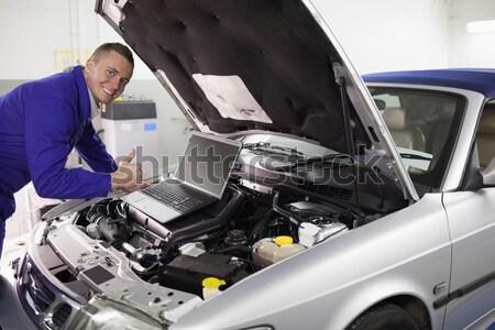 Mecânico datilografia computador olhando garagem carro Foto stock © wavebreak_media