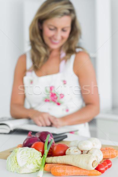 Mulher leitura receita livro legumes Foto stock © wavebreak_media