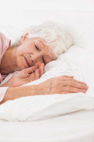 Vrouw slapen bed home vrouwelijke Stockfoto © wavebreak_media