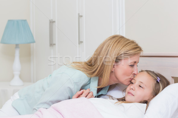 母親 キス 娘 ベッド 家 少女 ストックフォト © wavebreak_media