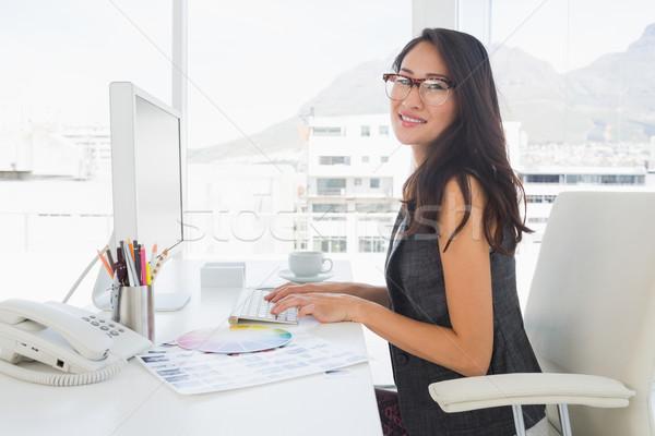 Femenino foto editor de trabajo ordenador vista lateral Foto stock © wavebreak_media