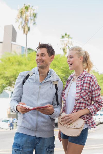 Młodych turystycznych para konsultacji przewodnik książki Zdjęcia stock © wavebreak_media