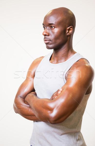 Grave muscular hombre los brazos cruzados blanco Foto stock © wavebreak_media