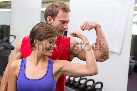 Personal trainer helpen cliënt lift gymnasium Stockfoto © wavebreak_media