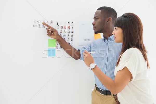 Geconcentreerde teamwerk wijzend foto briefing kantoor Stockfoto © wavebreak_media