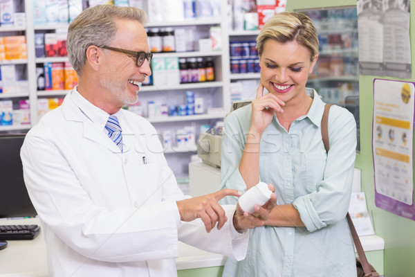 Pharmacien client regarder médecine pharmacie femme Photo stock © wavebreak_media