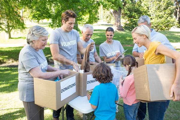 Heureux volontaire famille dons alimentaire Photo stock © wavebreak_media