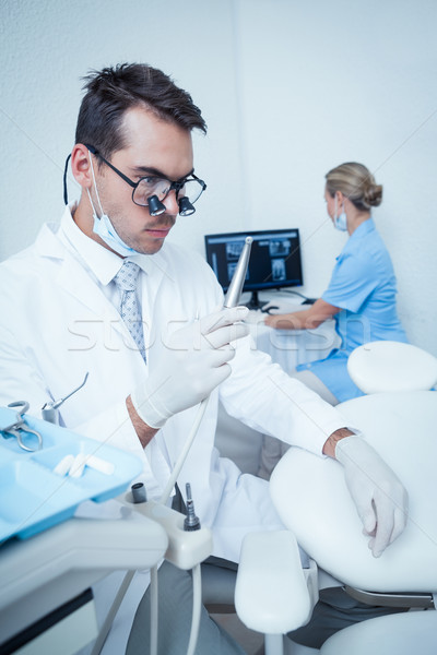 Dentiste regarder dentaires forage concentré Homme Photo stock © wavebreak_media