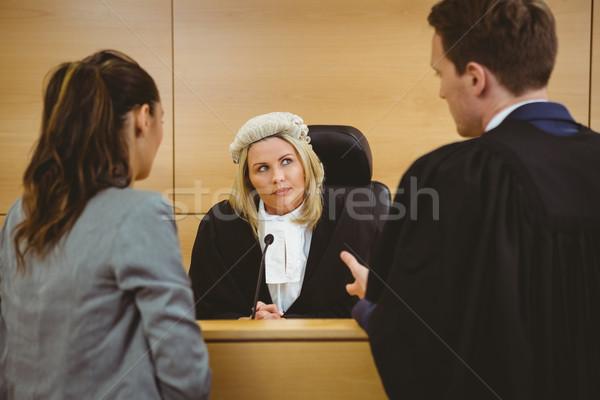 Richter tragen Kleid Perücke hören Rechtsanwälte Stock foto © wavebreak_media