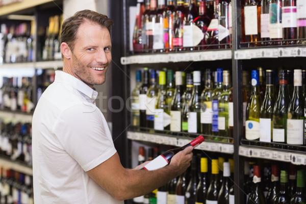 Portrait souriant élégant bouteille de vin mains supermarché Photo stock © wavebreak_media