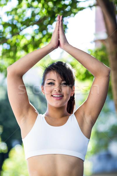 Portret glimlachend atletisch vrouw yoga stad Stockfoto © wavebreak_media