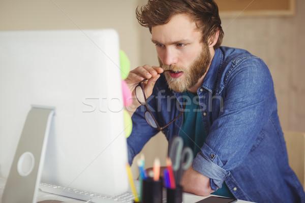 Fókuszált hipszter dolgozik asztal iroda képernyő Stock fotó © wavebreak_media