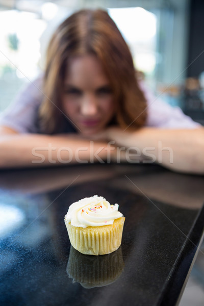 Csinos barna hajú néz minitorta kávéház kávézó Stock fotó © wavebreak_media