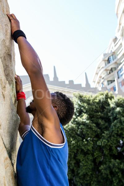 Extremo atleta agarrando parede cidade edifício Foto stock © wavebreak_media
