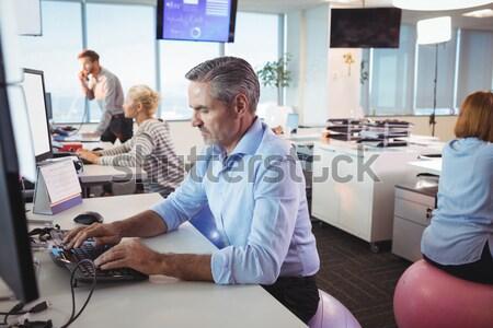 Ver empresária em pé masculino colega Foto stock © wavebreak_media