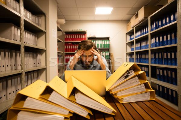 Beunruhigt Geschäftsmann Laptop Datei Abstellraum schauen Stock foto © wavebreak_media