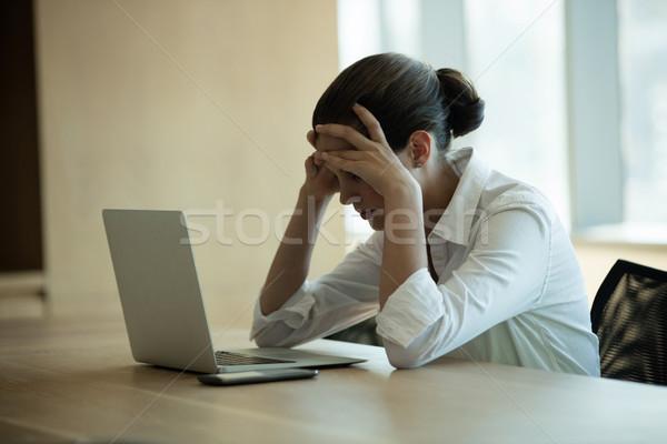 Aggódó női üzlet igazgató laptopot használ konferenciaterem Stock fotó © wavebreak_media