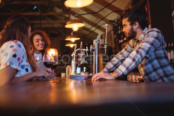 Jonge vrouwen ander counter pub vrouw wijn Stockfoto © wavebreak_media
