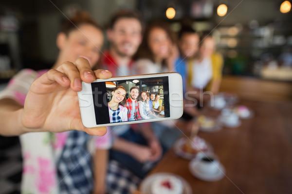 Barátok elvesz fotó kocsma mobiltelefon buli Stock fotó © wavebreak_media