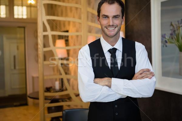 Camarero los brazos cruzados pie restaurante retrato hombre Foto stock © wavebreak_media