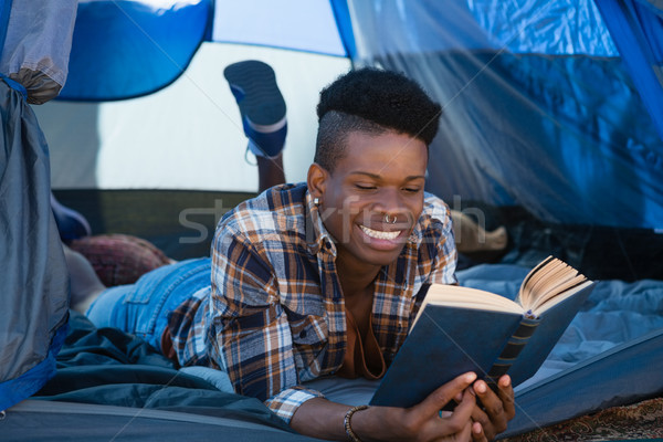 Man lezing boek tent jonge man kunst Stockfoto © wavebreak_media
