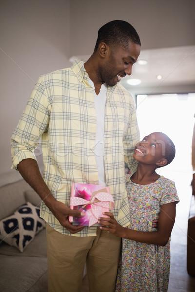 счастливым отец дочь шкатулке домой Сток-фото © wavebreak_media