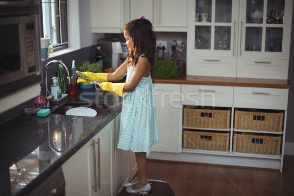 Cute dziewczynka mycia domu Zdjęcia stock © wavebreak_media