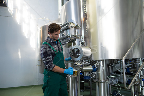 Mannelijke werknemer bier opslag tank Stockfoto © wavebreak_media