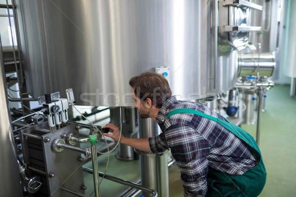 ワーカー 機械 醸造所 男 業界 ノートブック ストックフォト © wavebreak_media