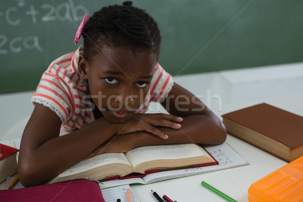 Stock fotó: Iskolás · lány · megnyugtató · nyitott · könyv · osztályterem · portré · könyv