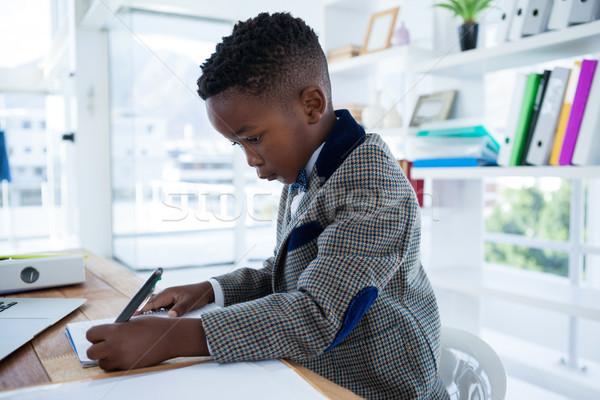 Ernstig zakenman schrijven verslag bureau kantoor Stockfoto © wavebreak_media