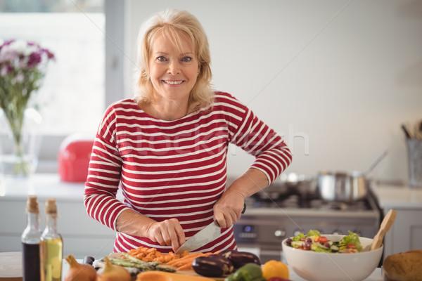 Idős nő tapsolás zöldségek otthon portré Stock fotó © wavebreak_media