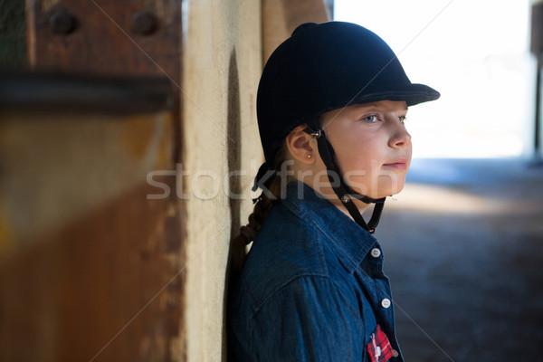 Lány dől fal istálló figyelmes gyermek Stock fotó © wavebreak_media