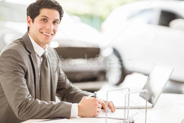 улыбаясь продавцом столе Новый автомобиль выставочный зал автомобилей Сток-фото © wavebreak_media
