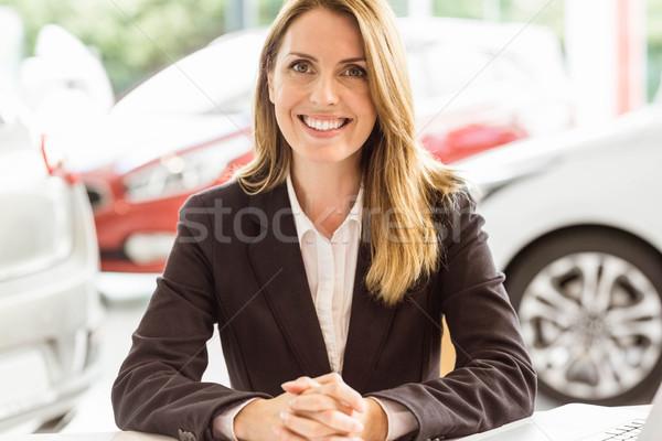 Glimlachend verkoopster werken bureau vrouw Stockfoto © wavebreak_media