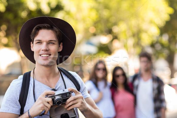 Anca uomo fotocamera digitale sorridere esterna felice Foto d'archivio © wavebreak_media